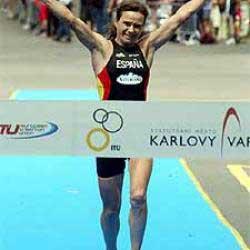 persona femenina llegando a la meta en una maraton